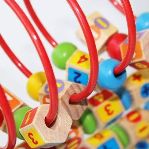Jucarie motricitate Beilaluna Desk Rack cu cifre si operatiuni